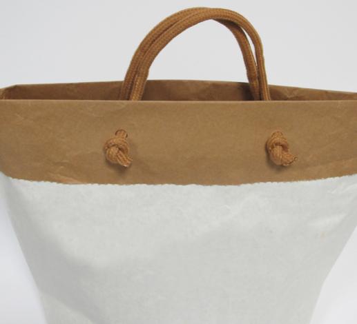 shopper in carta cemento con risvolto e manici in tessuto