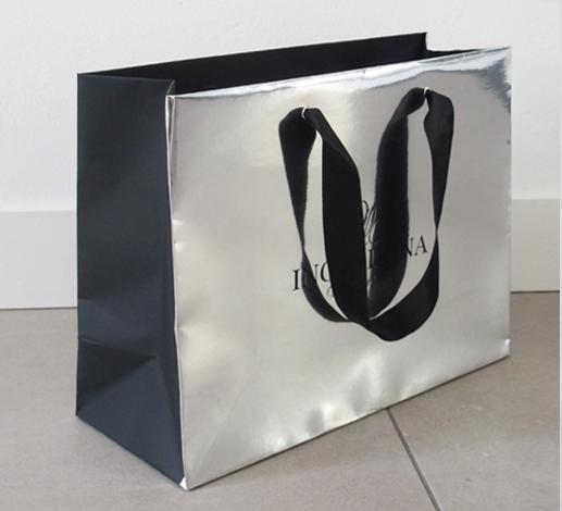 shopping bag realizzata dall'incontro di due carte