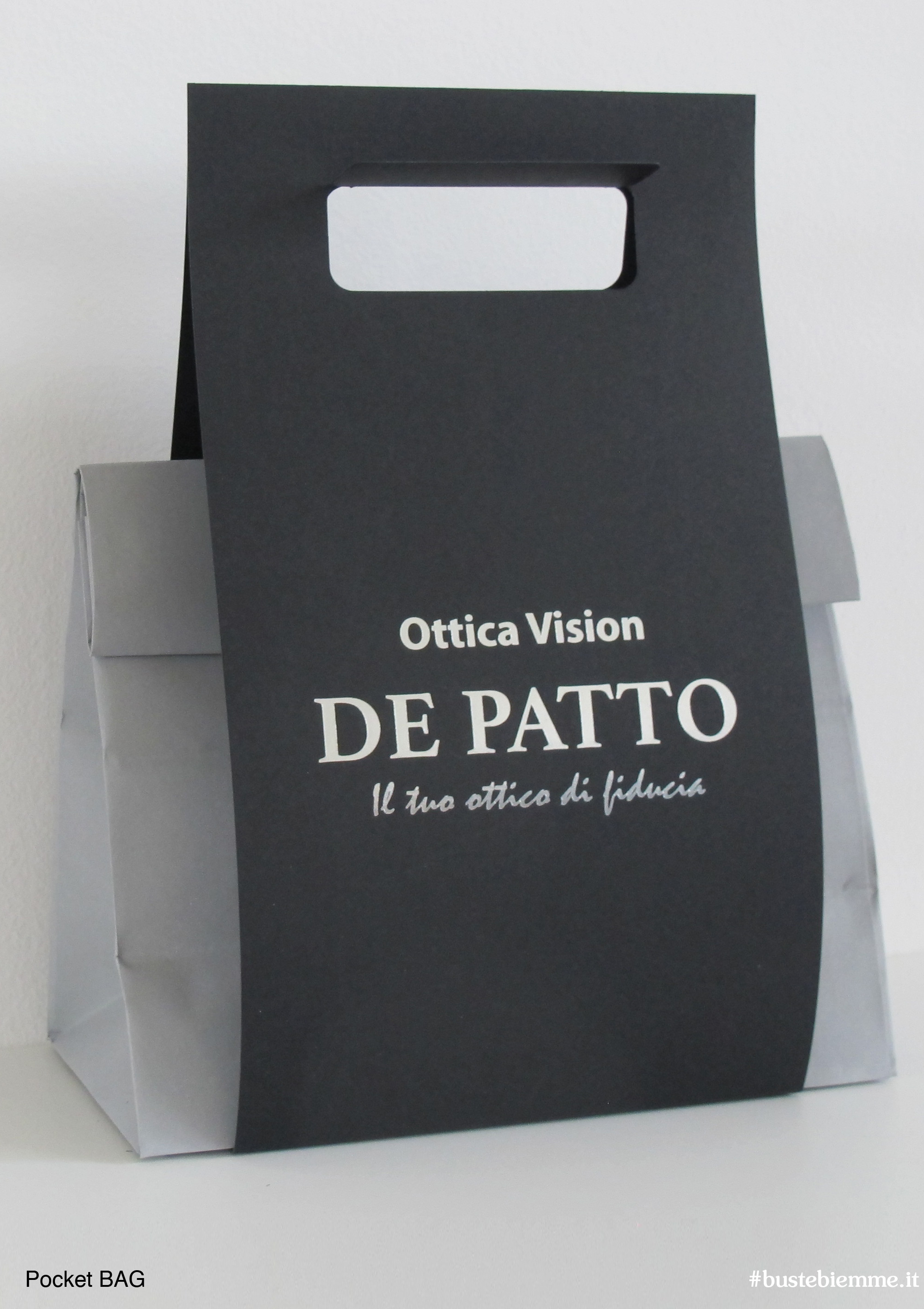gift box con busta in carta colorata e cartoncino con maniglia fustellata