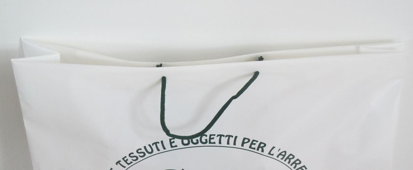 sacchetto in plastica con bordo rinforzati e manici in cotone