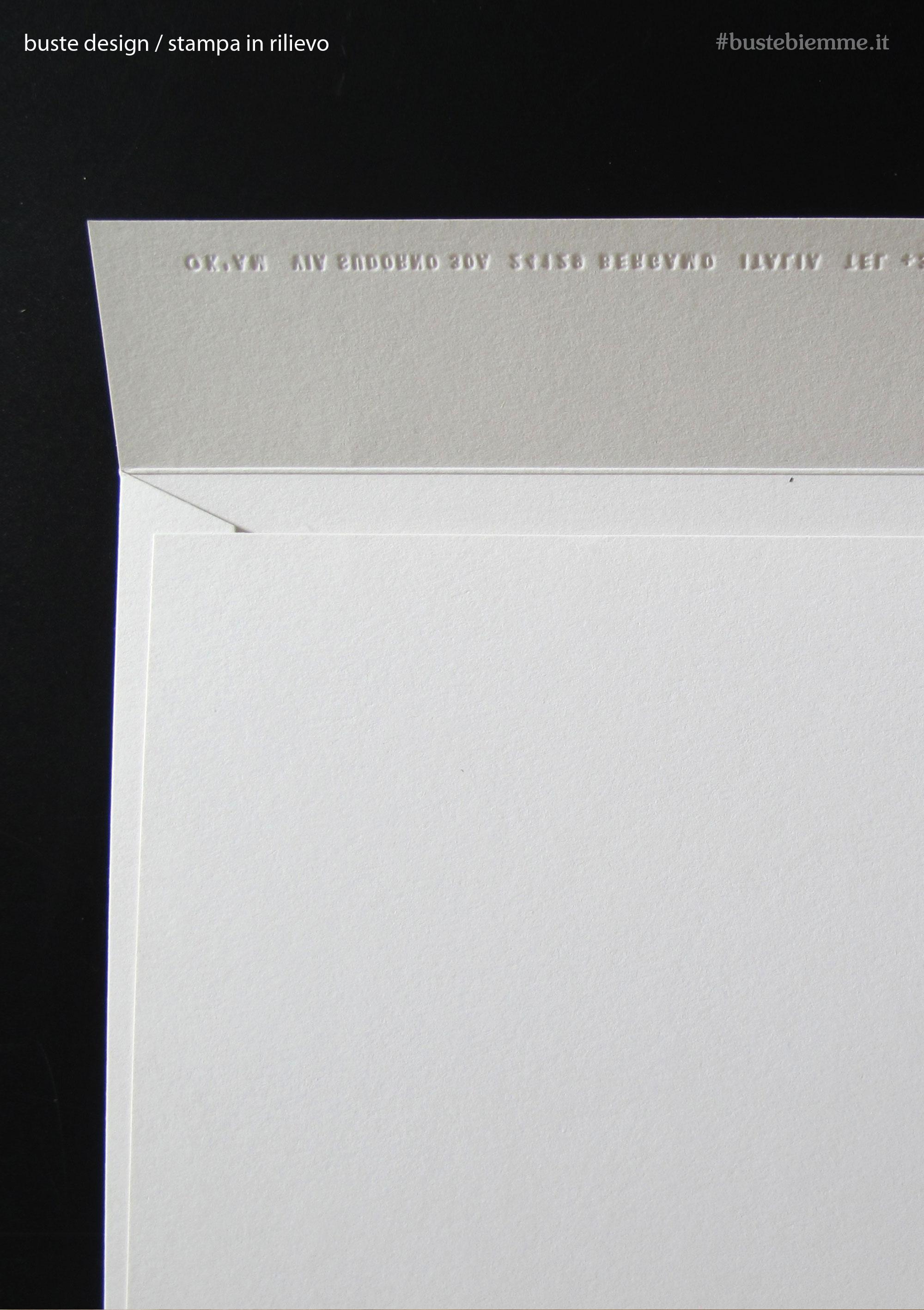 busta design con carta ricercata e stampa a rilievo